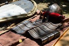 与鼻甲的圆锥形盔甲和中东装饰的阿拉伯类型,早期的盔甲和风筝盾 免版税库存图片