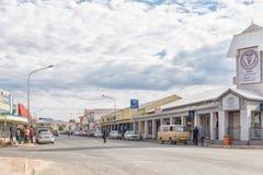 与医疗中心的街道场面和企业在奥卡汉贾 库存图片