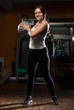 与医疗球的少妇锻炼 免版税库存图片