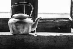 与黑白的热水水壶早晨光 库存图片