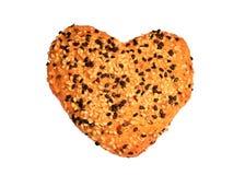 与黑白芝麻籽的心形的面包,被隔绝 免版税库存照片