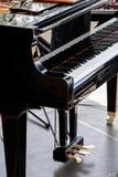 与黑白钥匙的黑大平台钢琴在阶段 免版税库存照片