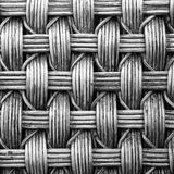 与黑白颜色的被编织的藤条纹理背景 免版税库存图片