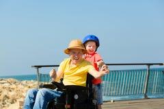与他的儿子的残疾父亲戏剧 免版税库存图片