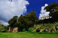 与洞的别墅Savorelli在苏特里 图库摄影