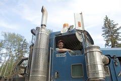 与他的卡车,亚伯大,加拿大的一个司机 库存图片