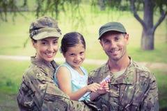 与他们的女儿团聚的军队父母 免版税库存图片
