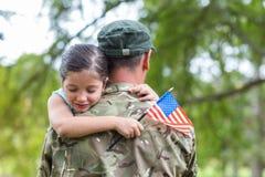 与他的女儿团聚的战士 库存图片