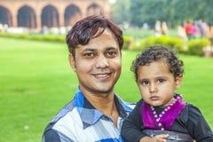 与他的孩子的印地安人姿势 免版税图库摄影