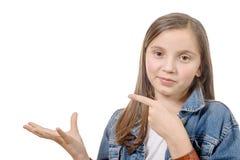 与他的手指的青春期前的女孩展示 免版税图库摄影