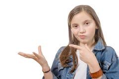 与他的手指的青春期前的女孩展示 库存照片
