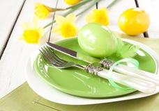与黄水仙的春天或复活节桌设置 免版税库存照片