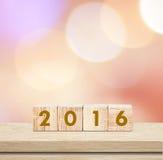 与2016的木立方体在迷离背景,新年模板 免版税库存照片