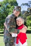 与他的母亲团聚的战士 免版税库存图片
