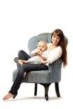 与他的母亲的孩子 有婴孩的妈妈她的胳膊的 家庭拥抱 婴孩 免版税库存图片