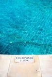 与`的游泳池边缘没有潜水`警告标志 库存照片