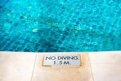与`的游泳池边缘没有潜水`警告标志 库存图片