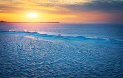 与冻结的湖、镇压和日落的冬天风景 库存图片
