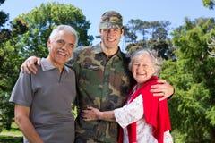 与他的父母团聚的战士 库存图片