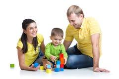 与他的父母戏剧积木的孩子 免版税库存图片