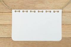 与绳索的空白的笔记本板料在木背景 免版税库存图片