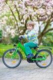 与他的第一辆自行车的小的学龄前孩子男孩骑马 免版税图库摄影