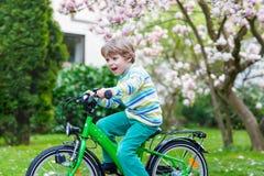 与他的第一辆自行车的小的学龄前孩子男孩骑马 库存图片