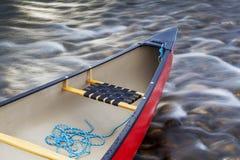 与绳索的红色独木舟船尾 免版税图库摄影