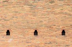 与洞的老墙壁砖 免版税库存照片
