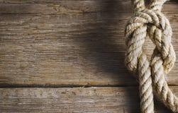 与绳索结的老木头 库存照片