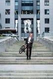 与去的自行车的商人在商业中心背景的台阶  免版税图库摄影