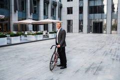 与去的自行车的商人在商业中心背景的台阶  免版税库存照片