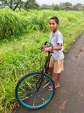 与他的自行车的孩子 图库摄影