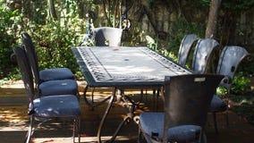 与8的葡萄酒室外餐桌 库存图片
