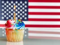 与轻的蜡烛的美国独立纪念日杯形蛋糕 库存图片