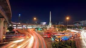 与轻的足迹的胜利纪念碑在黄昏的街道上 图库摄影
