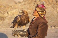 与他的阿尔泰鹫的老鹰猎人 库存照片