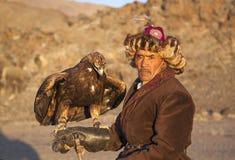与他的阿尔泰鹫的老鹰猎人 库存图片