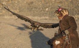 与他的阿尔泰鹫的老鹰猎人 图库摄影
