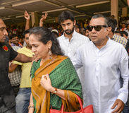 从与他的妻子的艾哈迈达巴德东部赢取在甘地讷格尔BJP办公室的BJP候选人和演员Paresh Rawal 免版税库存图片