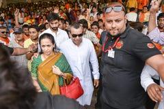 从与他的妻子的艾哈迈达巴德东部赢取在甘地讷格尔BJP办公室的BJP候选人和演员Paresh Rawal 库存图片