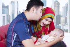 与他们的婴孩的慈爱的父母戏剧 免版税库存照片