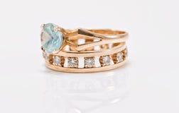 与轻的黄玉的金戒指和与金刚石的一个厚实的圆环 库存图片