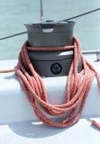 与绳索的绞盘板料在航行游艇 免版税图库摄影