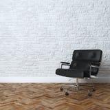 与黑皮革办公室扶手椅子的白色砖墙内部 免版税库存照片