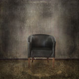 与黑皮革扶手椅子的典雅的葡萄酒内部 库存图片