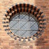 与黑砖的圆的窗口 免版税库存照片