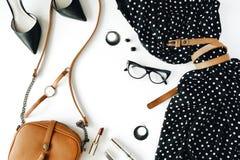 与黑礼服,玻璃,高跟鞋鞋子,钱包,手表,染睫毛油,唇膏,耳朵的平的位置feminini衣裳和辅助部件拼贴画 免版税库存图片