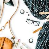 与黑礼服,玻璃,高跟鞋鞋子,钱包,手表,染睫毛油,唇膏,耳朵的平的位置feminini衣裳和辅助部件拼贴画 图库摄影