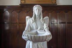 与洗礼盘的天使 库存照片